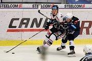 Utkání 30. kola hokejové extraligy: HC Vítkovice Ridera - HC Škoda Plzeň, 28. prosince 2018 v Ostravě. Na snímku (zleva) Daniel Krenželok, Jay Conor Allen.