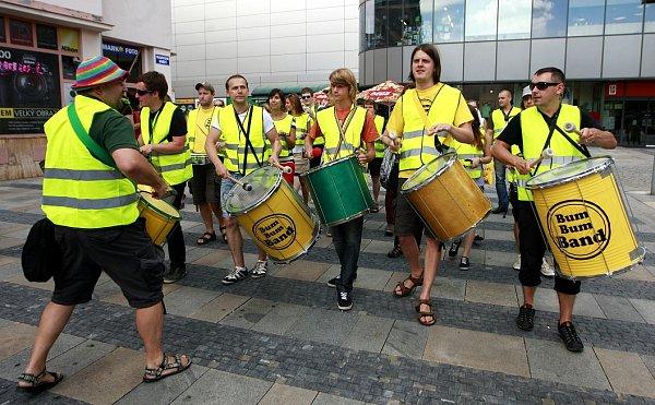 Na Masarykově náměstí, přímo vcentru města, se představilo třicet bubeníků, kteří si říkají Bum Bum Band XL.