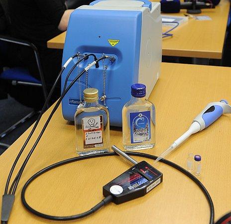 Nový přístroj odhalí metanol ipřes uzavřenou láhev