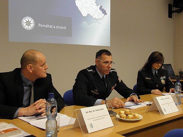 Vedení policie MS kraje (zleva náměstek ředitele Radim Wita, ředitel MS policie Tomáš Kužel a mluvčí krajské policie Gabriela Holčáková) na tiskové besedě o loňské kriminalitě.