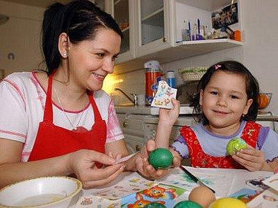 V mnoha rodinách už malují vajíčka na velikonoční pomlázku.