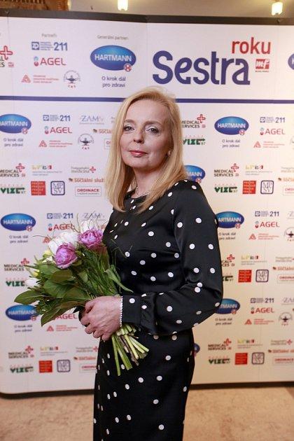 Držitelkou prestižního profesního ocenění Sestra roku za celoživotní dílo ve zdravotnictví je Ludmila Klemsová, vrchní sestra zKardiovaskulárního oddělení Fakultní nemocnice vOstravě.