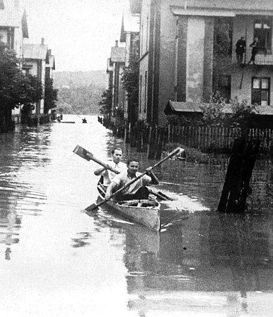 Vdobě záplav se dalo vpřívozských koloniích plout na lodičkách. Vpřípadě poklesu půdy vdůsledku poddolování by se takto dalo pádlovat ipo Masarykově náměstí anebo třeba uchrámu Božského Spasitele.