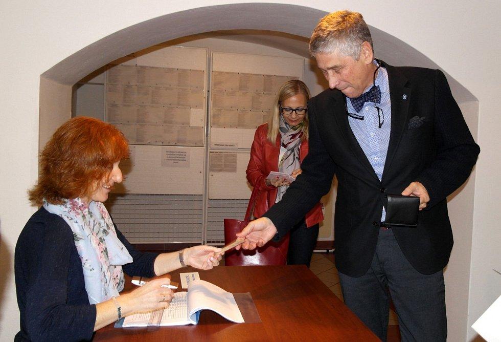 Ivo Vondrák volil v suterénní volební místnosti kulturního centra ve Velké Polomi.