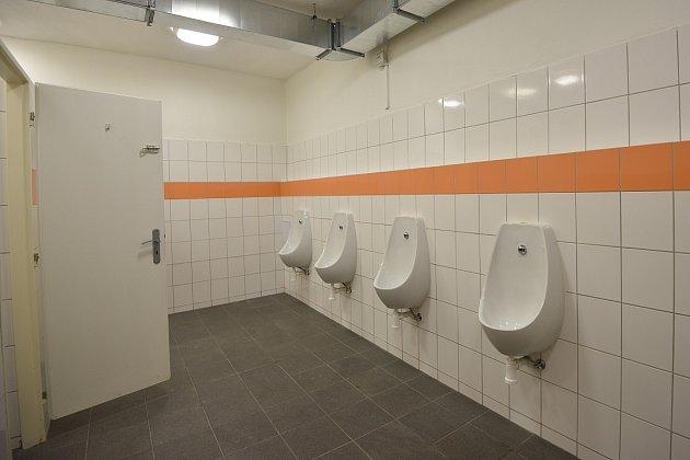 Veřejné toalety vpodchodu uzastávky městské hromadné dopravy Poliklinika.