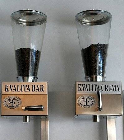 Pražírna Caffe Trieste nemá vlastní webové stránky. Otevřeno je od pondělí do soboty od 6do 19hodin.