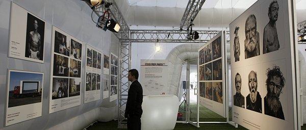 Jedinečnou příležitost zhlédnout vybrané fotografie ze zatím posledního ročníku prestižní soutěže Czech Press Photo nabízí putovní výstava vareálu Forum Nová Karolina vOstravě.