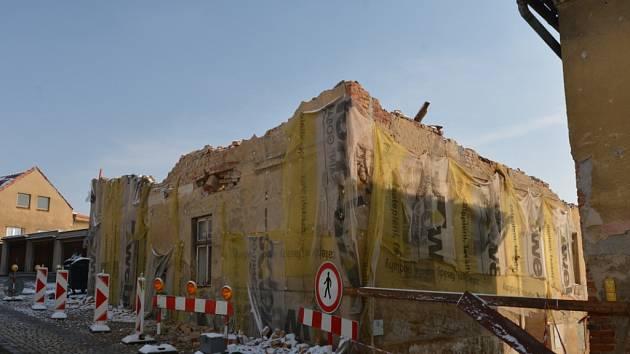 Demolice chátrajících domů mezi ulicemi Pivovarskou a Zahradní.