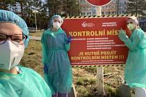 Studenti Lékařské fakulty Ostravské univerzity pomáhají.