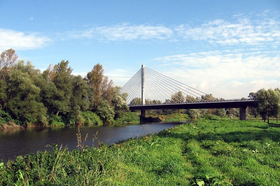 Údolní nivou Odry v prostoru Ostravy se vine i trasa dálnice D1, která Odru kříží ve třech místech (spodní přemostění D1 v blízkosti St. Bohumína, km 4,7)