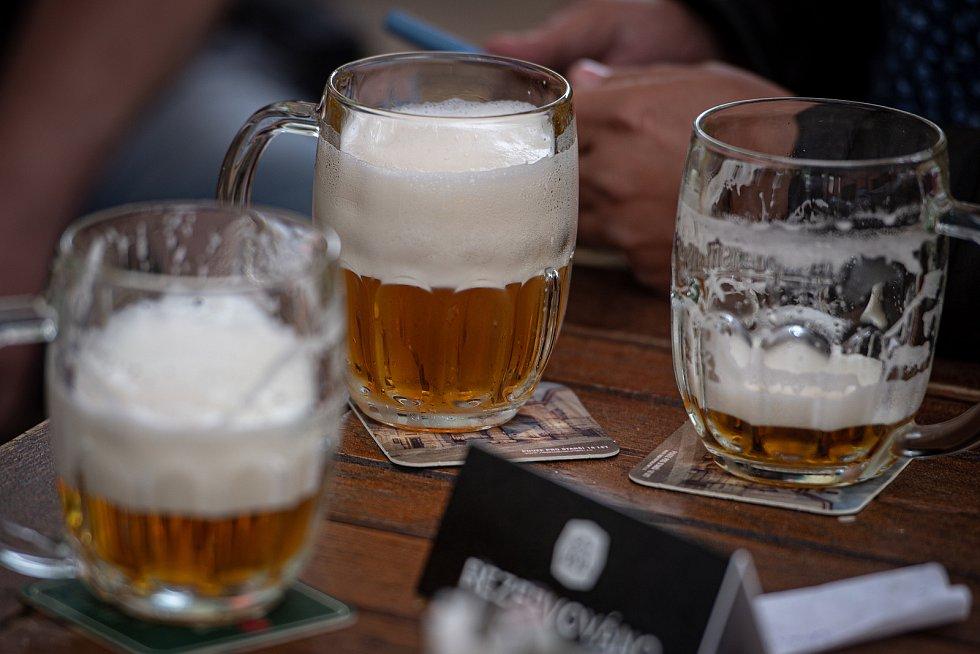 Znovuotevřená zahrádka restaurace Slezska P.U.O.R. , 11. května 2020 v Ostravě.