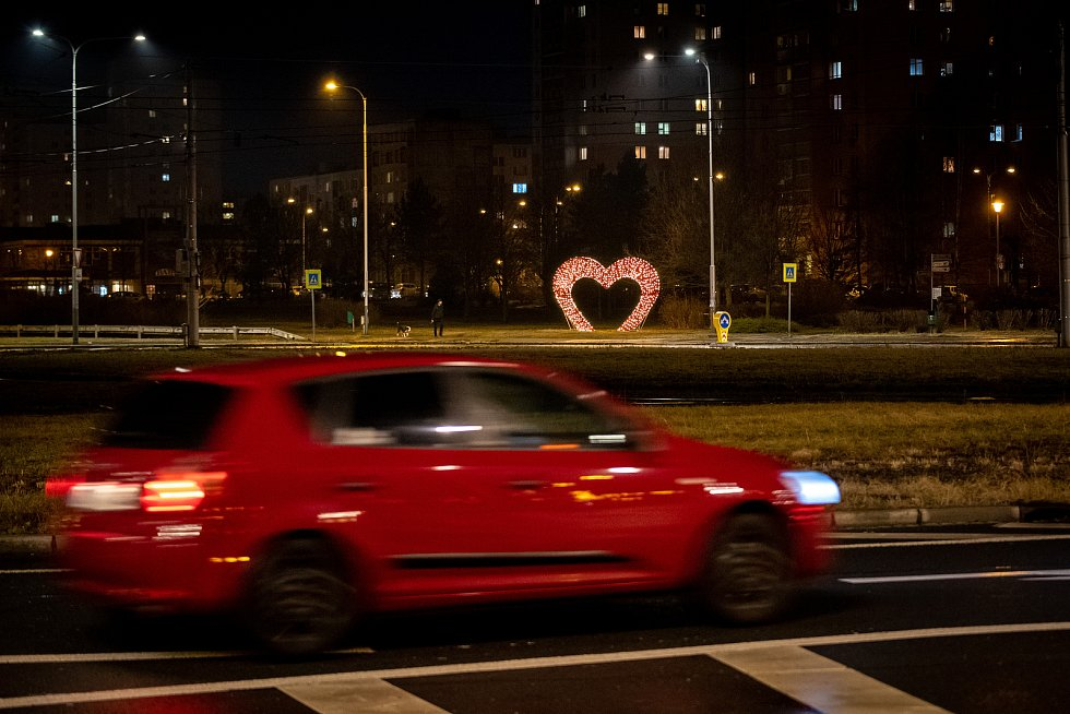 Valentýnské srdce na kruhovém objezdu v Ostravě-Hrabůvce.