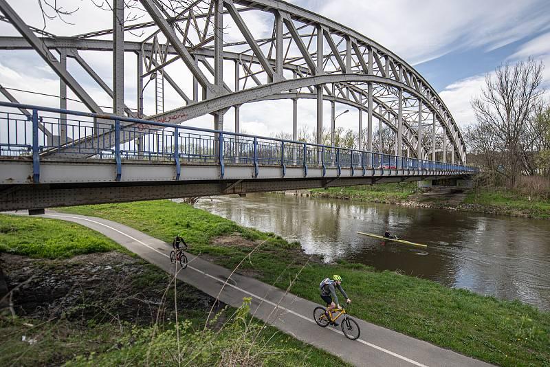 Most přes řeku Odru na silnici I/56 vedoucí z Ostravy na Hlučín a Opavu. Ilustrační foto z května 2021.