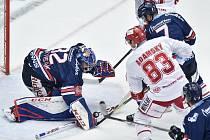 Utkání 21. kola hokejové extraligy: HC Oceláři Třinec - HC Vítkovice Ridera, 21. listopadu 2018 v Třinci. brankář Vítkovic Patrik Bartošák proti Martin Adamský.