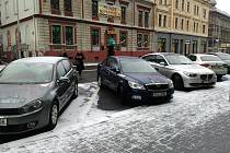 Dopravní značení řidičům parkování v jednom směru zakazuje, v druhém povoluje pouze s možností zacouvání. Evidentně ne všichni tomu ale rozumí.
