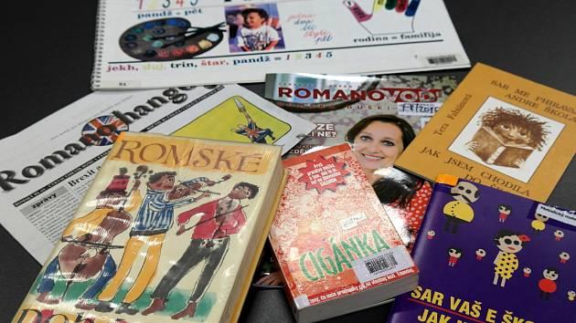 Vítkovická knihovna má vyhrazen regál na romské a romistické čtivo. Nechybí noviny, časopisy, pohádky ani beletrie a učebnice.