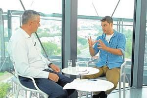 David Girten (na snímku vpravo v debatě s moderátorem Petrem Bohušem) v talk-show SametOVA!!! 1989-2019 hovoří o tom, jak vnímá komunismus, a srovnává Ostravu s belgickým Lutychem.