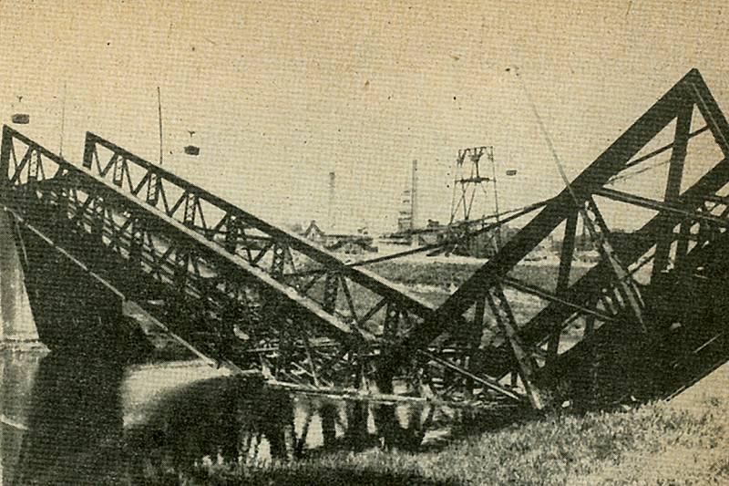 Zničený most přes Ostravici u Žofinské hutě Vítkovických železáren.