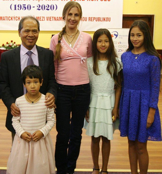 NGUYEN Canh se svou druhou českou rodinou na oslavách podzimního svátku a vietnamského dětského dne.