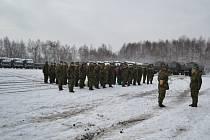Náčelník štábu plukovník František Hlaváček předává hlášení o připravenosti k zahájení cvičení plukovníku Jaroslavu Hrabcovi.