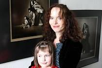 Sára Saudková přijela osobně do moravskoslezské metropole se svou dcerou Sárou, aby se zúčastnila zahájení výstavní prezentace, na níž předkládá divákovi na stovku svých snímků.