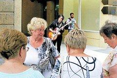 POP-UP neboli vynoření se umělce, kytarový talent Martin Dytko (24) hraje před porubskou Galerií Dukla.