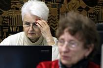Starší dámy chtějí mít spojení se světem.