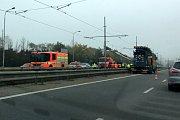 Vyprošťování automobilu z kolejiště v ulici 28. října v Ostravě.