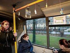 Řidič autobusu ostravského dopravního podniku Martin Plačko oslavil své narozeniny přímo ve voze. Na madla rozvěsil pro cestující bonbony, které speciálně pro tuto příležitost nakoupil.