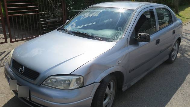 Auto srazilo dívku, která nečekaně vstoupila do vozovky.
