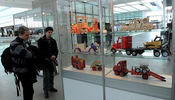 Výstava dřevěných modelů aut a náklaďáků vposledním podlaží obchodního centra Forum Nová Karolina vcentru Ostravy.