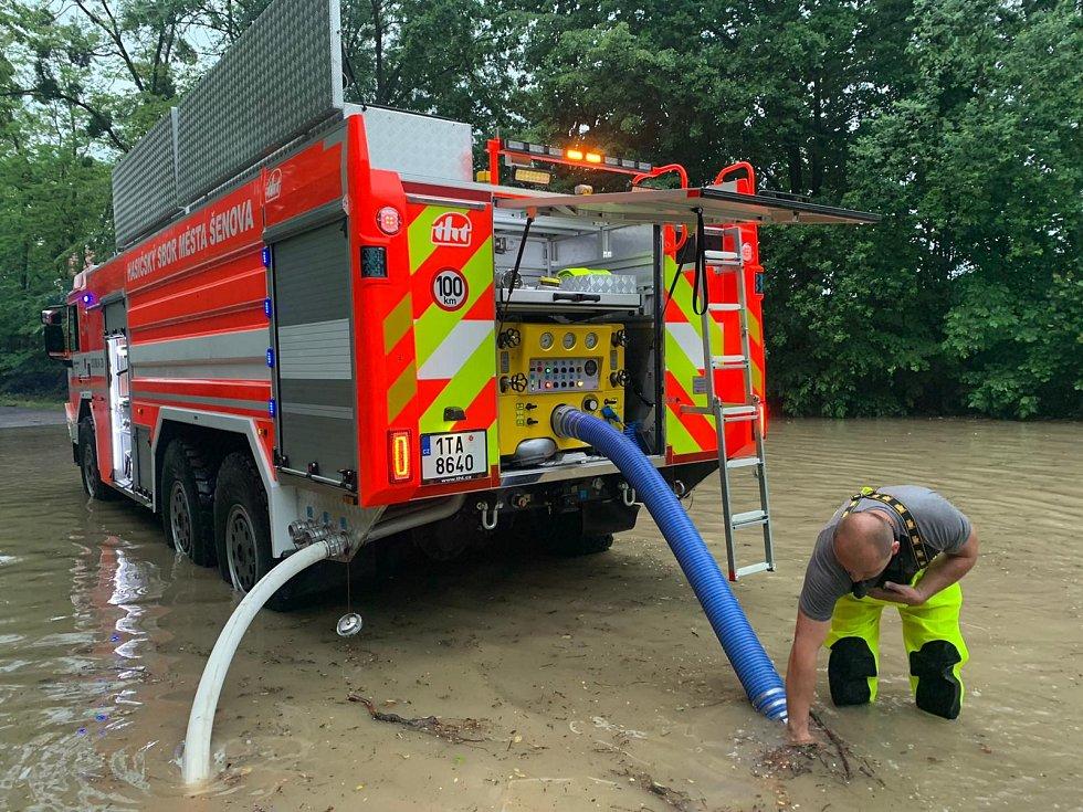 Zásah hasičů kvůli přívalovým dešťům v Šenově.