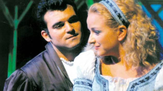 Luciano Mastro jako Faust a Iulia Surdu jako Markétka v Gounodově opeře Faust a Markétka na jevišti Národního divadla moravskoslezského v Ostravě