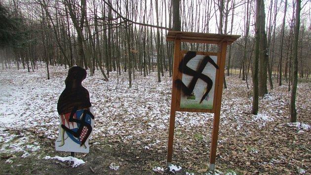Řádění vandala vBělském lese nebere konce. Policisté po něm marně pátrají.