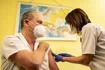 Očkování ve Fakultní nemocnici Ostrava. Mezi prvními byli naočkováni přednosta a vrchní sestra Kliniky infekčního lékařství.
