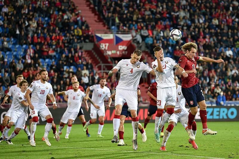 Utkání skupiny E kvalifikace mistrovství světa ve fotbale: Česko - Bělorusko, 2. září 2021 V Ostravě. (střed) Dmitri Antilevski z Běloruska a Alex Král z ČR.