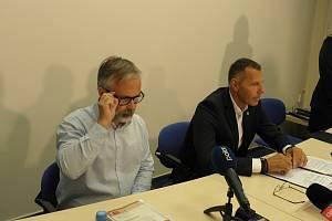 Policie odložila vyšetřování nemocničního masakru. Na tiskové besedě to uvedli dozorující státní zástupce David Bartoš (vlevo) a ředitel moravskoslezské policie Tomáš Kužel.