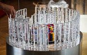 """Trofej pro atletický Kontinentální pohár, který se uskuteční 8. a 9. září v Ostravě. Tvoří ji 116 křišťálových """"štafetových kolíků"""". Uprostřed je různobarevný ovál pro vítěznou federaci."""