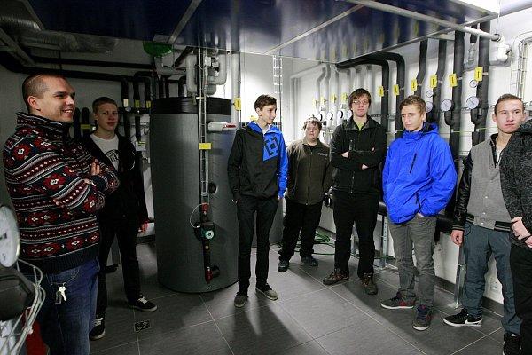 Studenti Střední školy stavební a dřevozpracující zOstravy-Zábřehu si prohlédli první pasivní administrativní budovu vČR, kterou je Otazník.