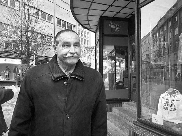 Miroslav Král na současné fotografii na rohu Zámecké a Puchmajerovy ulice v centru Ostravy.