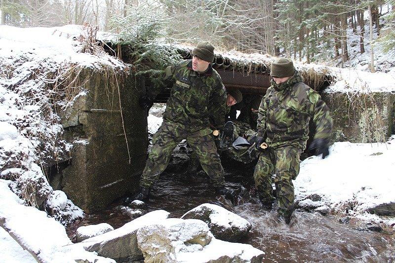 Záložáky čekalo náročné cvičení v Jeseníkách  Zdolali desítky kilometrů v horském terénu, zvládnout museli transport zraněného a další úkoly.