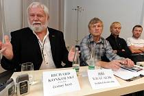 Richard Konkolski, Jiří Kráčalík, Leopold Sulovský a cestovatel Marek Šimiček na tiskové konferenci k MFOF v Ostravě.