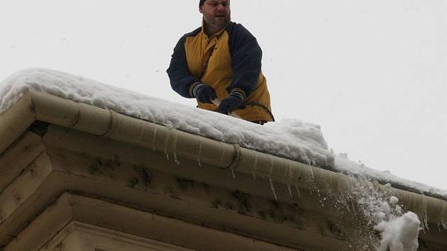 Sníh a rampouchy z okrajů střech musejí dolů, protože představují zejména pro chodce vážné nebezpečí.