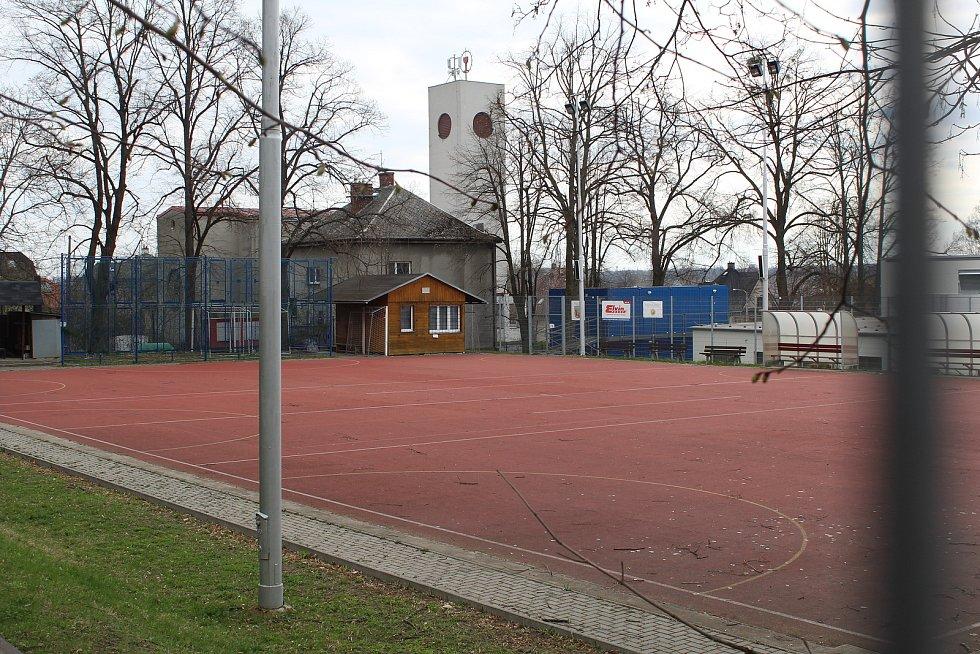 Sportovní hřiště ve Svinově.