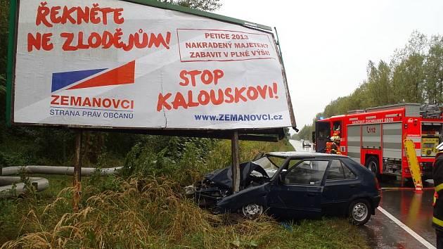 Politický billboard jedné ze stran kandidujících v předčasných volbách málem vyvrátil řidič (37 let), který v neděli projížděl Ostravou.