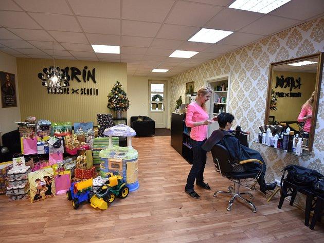 V ostravském vlasovém studiu Karin ve Dvořákově ulici, kde navíc pořádali i sbírku dárků pro děti z dětského domova.