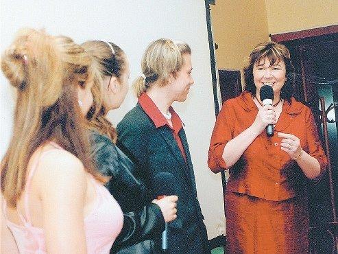 Marcela Heříková (na snímku vpravo) s mladými adepty televizního vysílání.