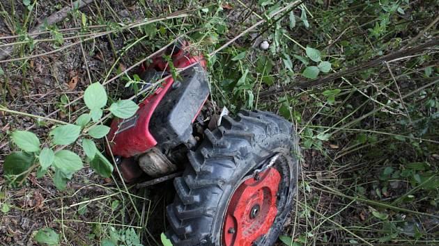 Malotraktor na trati mezi Vratimovem a Paskovem se po nárazu roztrhl.