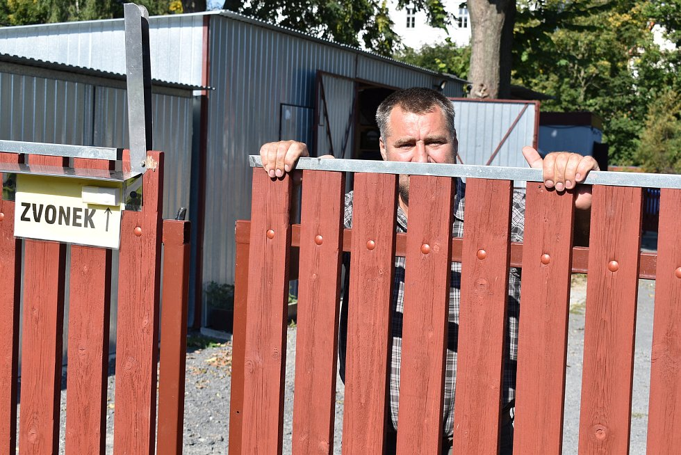 Martin Teplík u vrat, které se mu před skupinou násilníků nepodařilo zavřít.