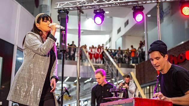 Ewa Farna rozsvítila vánoční strom v obchodním centru Avion Shopping Park, 16. listopadu 2019 v Ostravě.